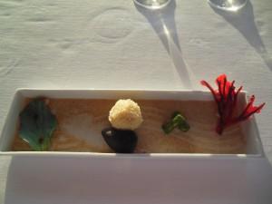 Amuse bouche Østersblad, kakaoskjell med en brødkule, ukjente pellets og fritert sjøgress
