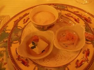 Amuse-bouche: Gresskarsuppe, roquefortmousse og rå reker med sellerikrem