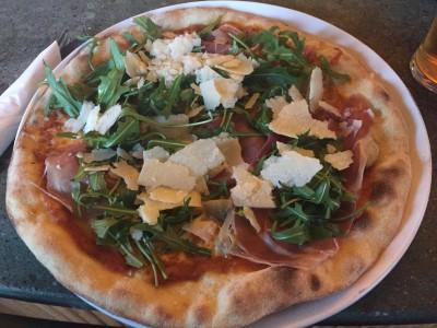 Pizza med artisjokk, parmaskinke, ruccola og parmesan