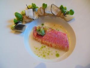 Rett 2 Confitert rødmulle med scorsonnerrot, småløk og innkokt fiskekraft