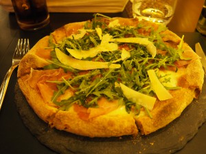 Pizza med parmaskinke, parmesan og ruccola