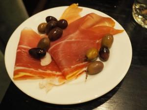 Parmaskinke og oliven