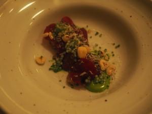 Rett 1: Tartar, rødbet og gressløkemulsjon