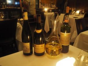 Til nå to retter, men bordet fullt av flasker