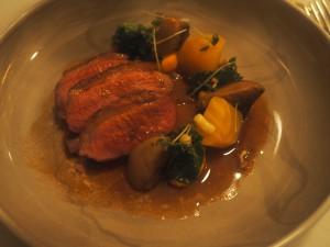 Rett 6: Høyrøkt and,grønnkål og foie grassaus