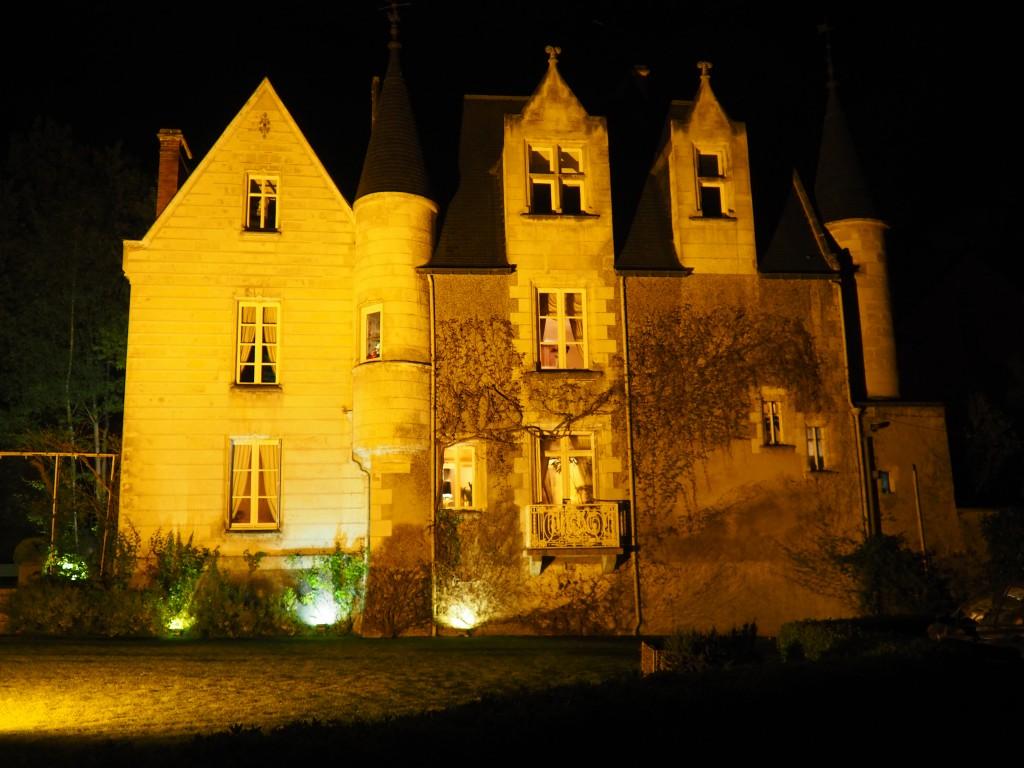 Fasaden opplyst i mørket