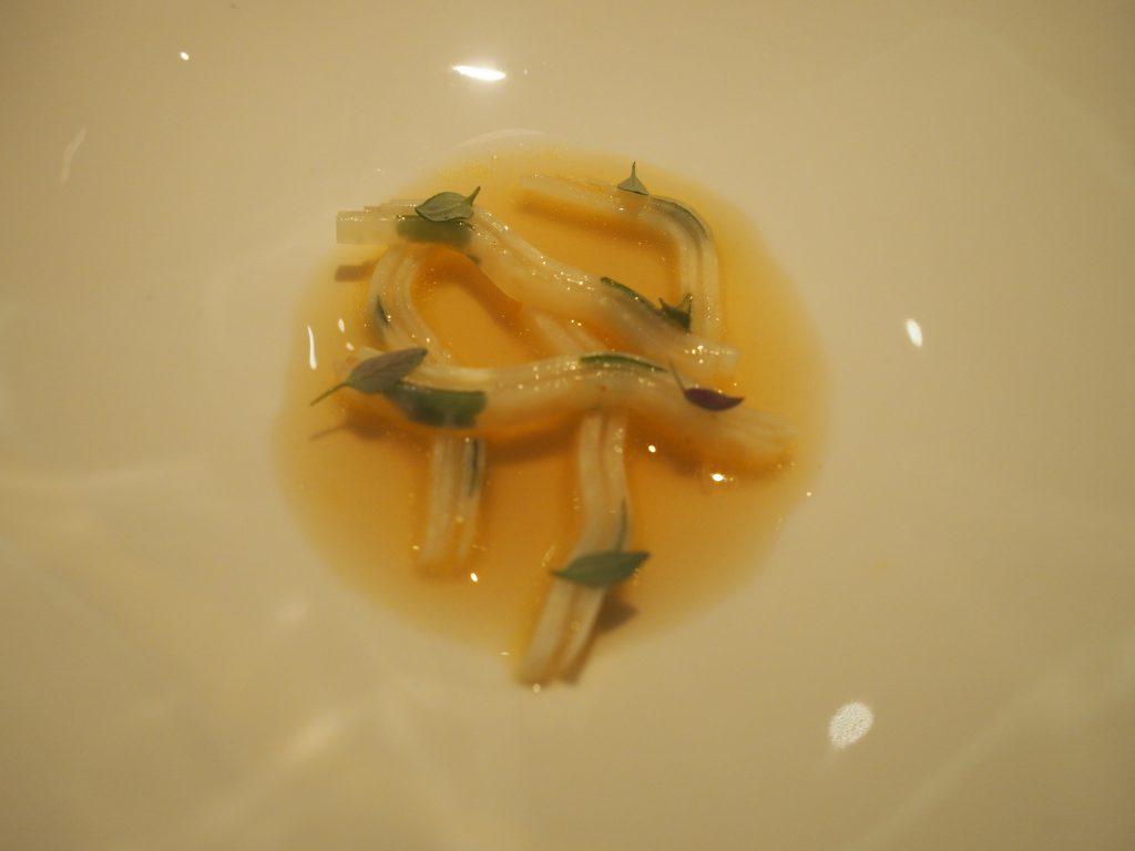 Selleri, kamskjell og terte med tørket ørret