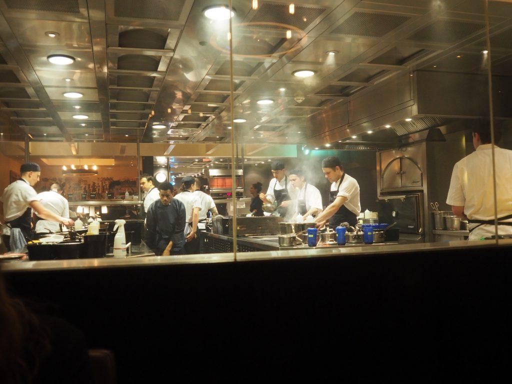 Innsyn til kjøkkenet fra bordet