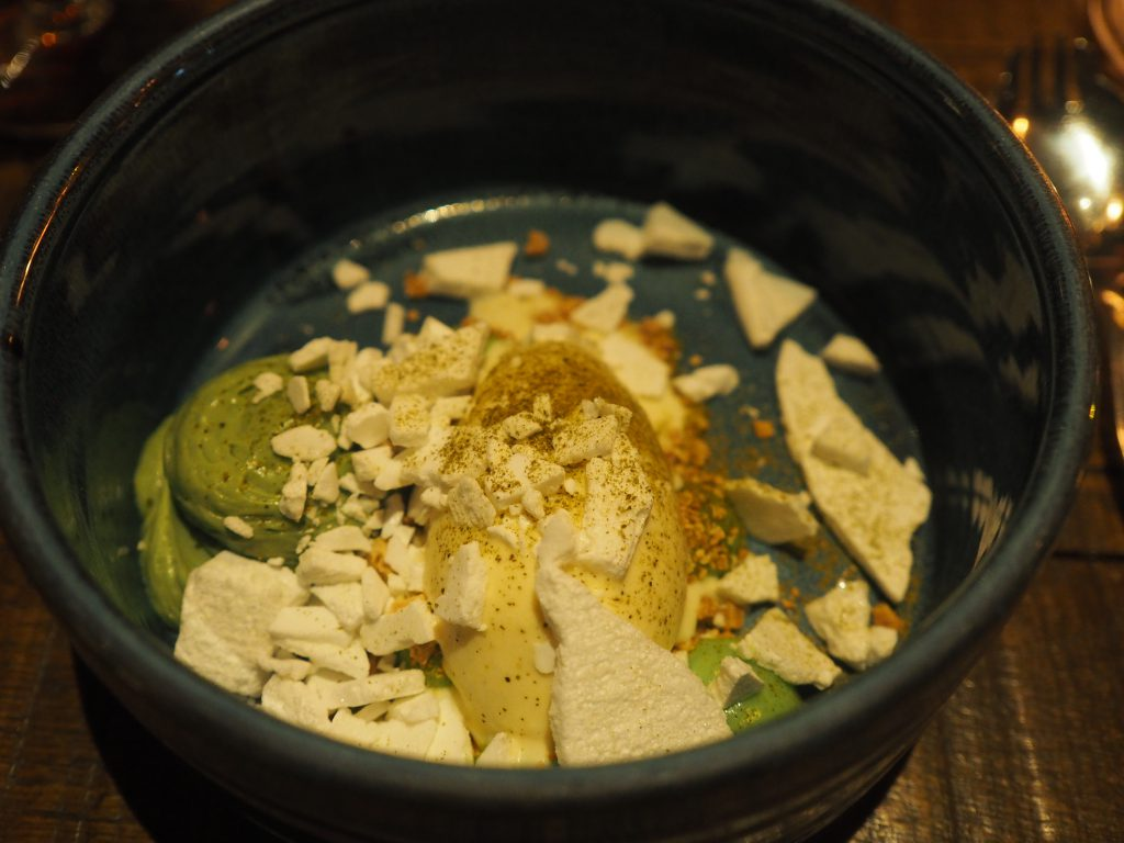 Dessert på avokado og hvit sjokolade