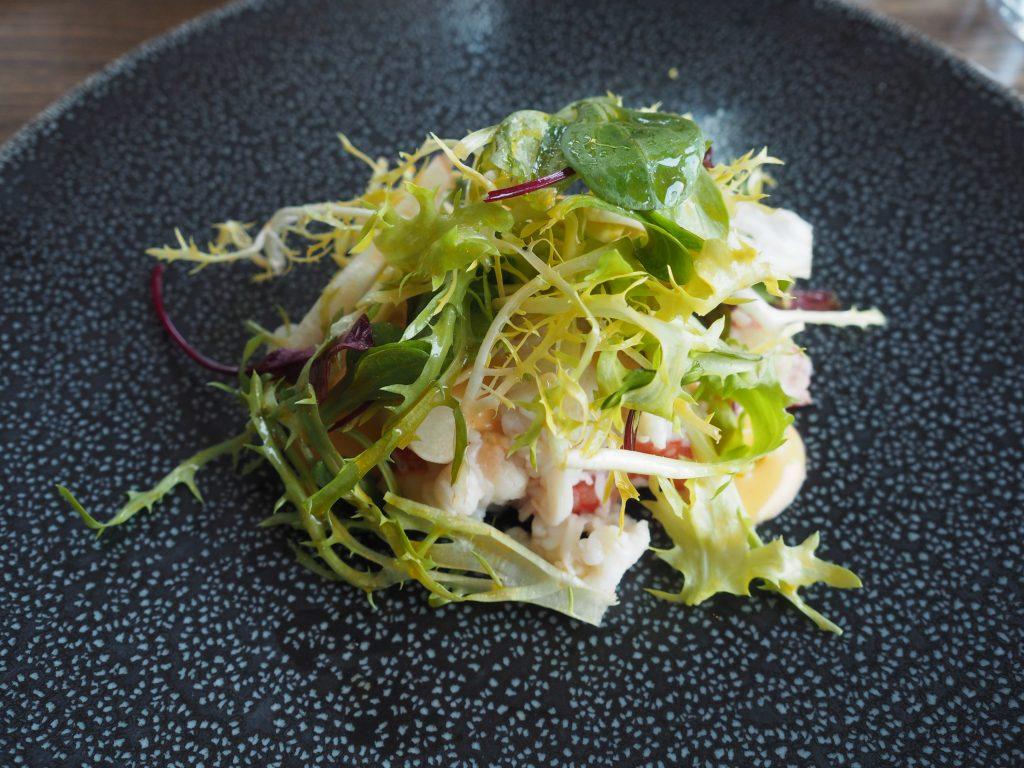 Salat med lun kongekrabbe
