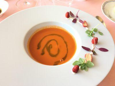 Antipasti: kald tomatsuppe med markjordbær og vannmelon
