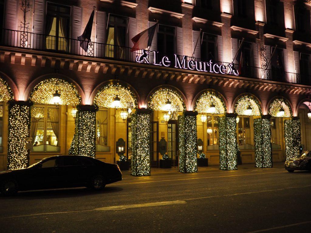 Fasaden på Le Meurice i nattemørket.