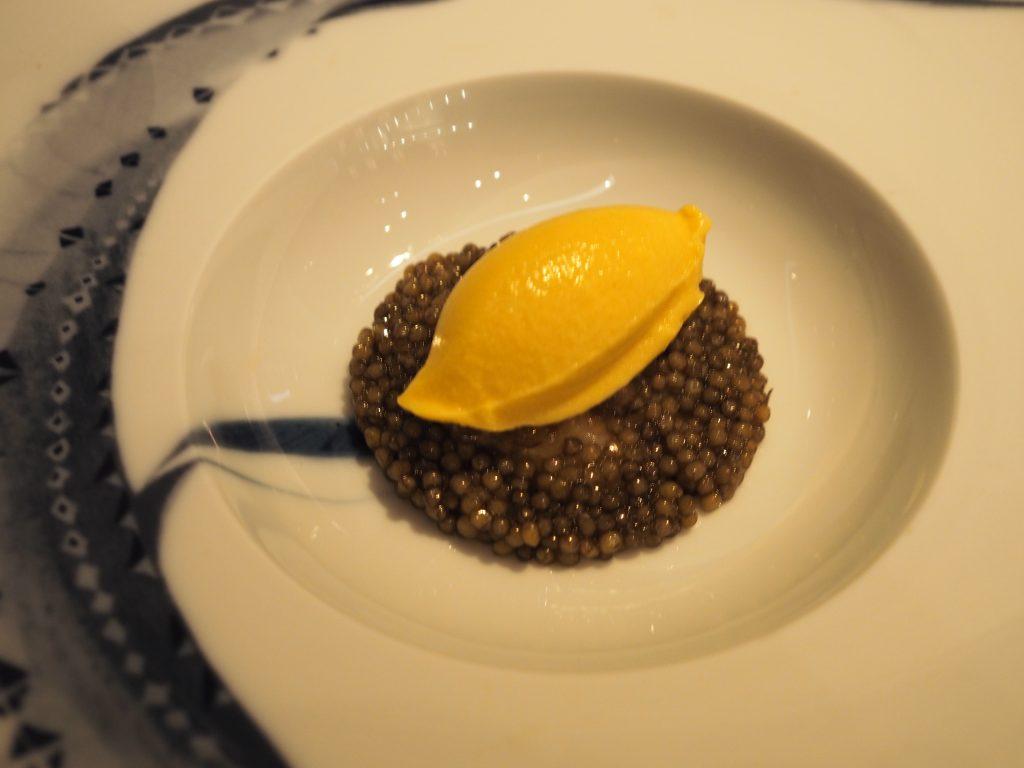Kaviar, kamskjell, dashi og mais