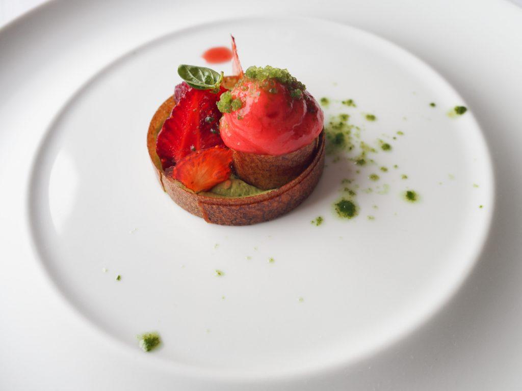 Jordbær, basilikum og Sablè Breton