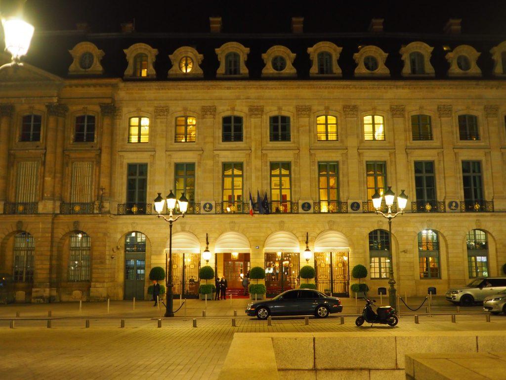 Et siste bilde av Hôtel Ritz i nattemørket